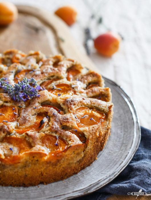 Glutenfreier Aprikosenkuchen mit Lavendel und Walnüssen
