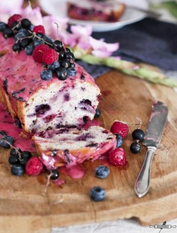 glutenfreier Beerenkuchen mit Cassis - Zuckerguss