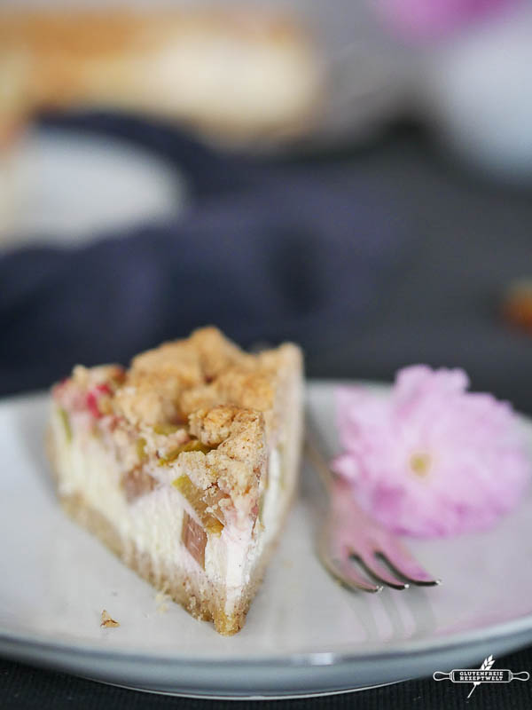 Glutenfreier Rhabarber - Quark - Kuchen mit Mandelstreuseln