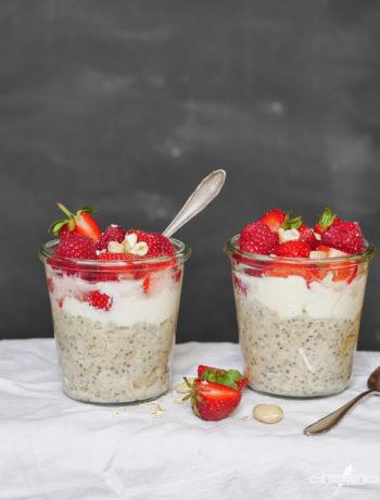 Glutenfreier Porridge mit Erdbeeren und Kokos-Joghurt