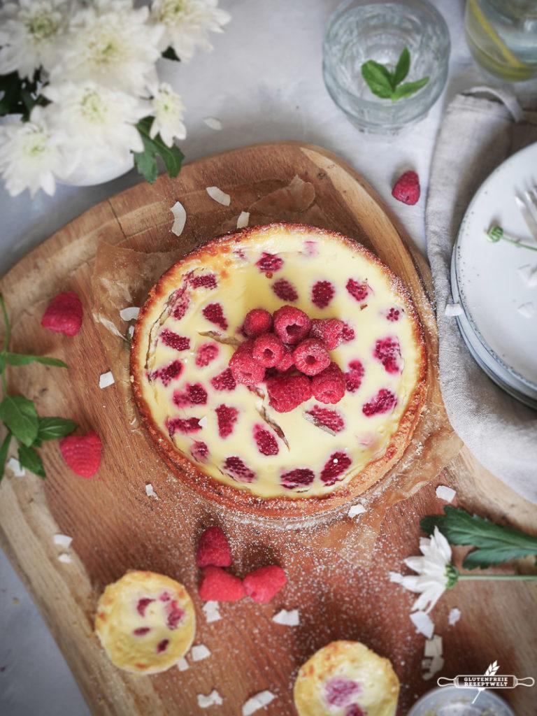 Glutenfreier Kokosmilch Käsekuchen mit weißer Schokolade und Himbeeren