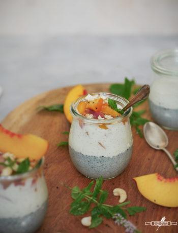 Basilikumsamen Pudding mit Nektarinen und Vanille Joghurt
