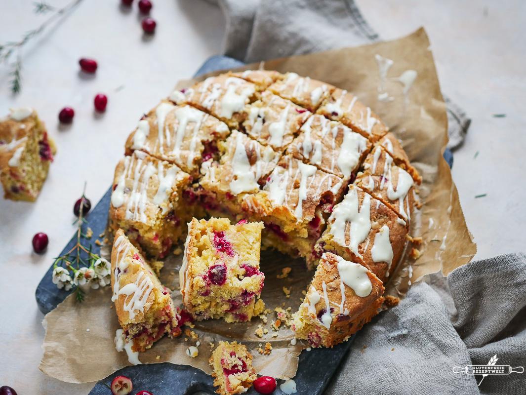 Glutenfreier Cranberry Kuchen mit weißer Schokolade