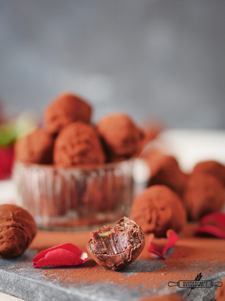 Schokoladen Pralinen mit Datteln, Zimt und Vanille