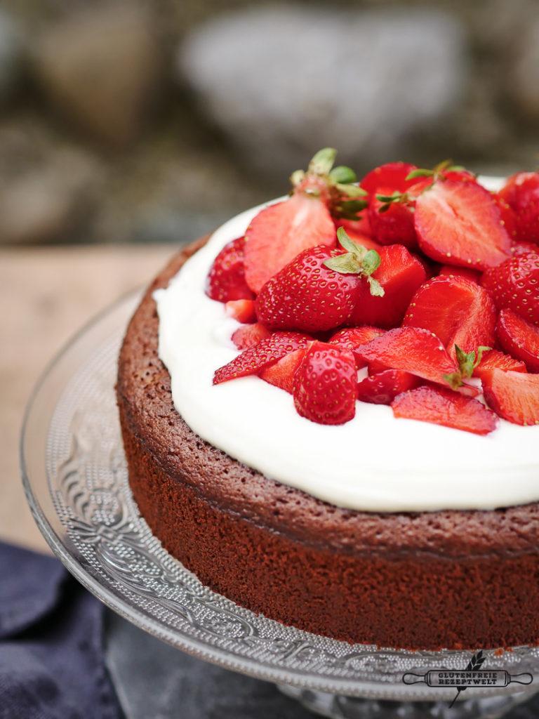 Schokoladenkuchen mit Quark und Erdbeeren