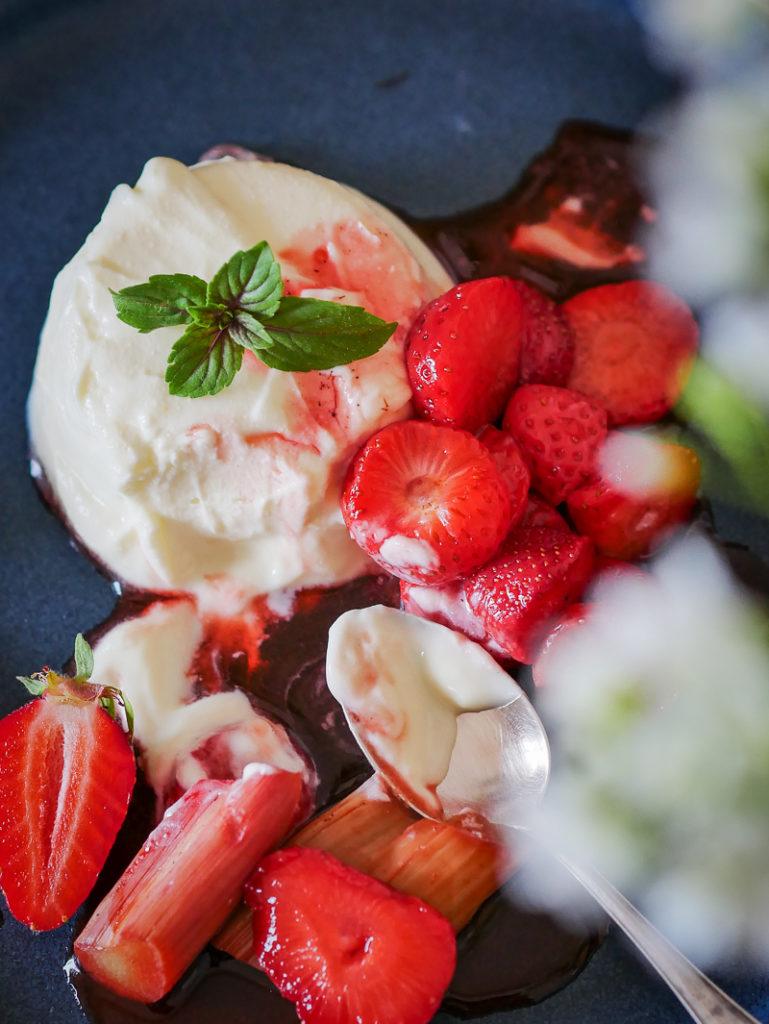 Halbgefrorener Quark mit weißer Schokolade und gerösteten Erdbeeren-7