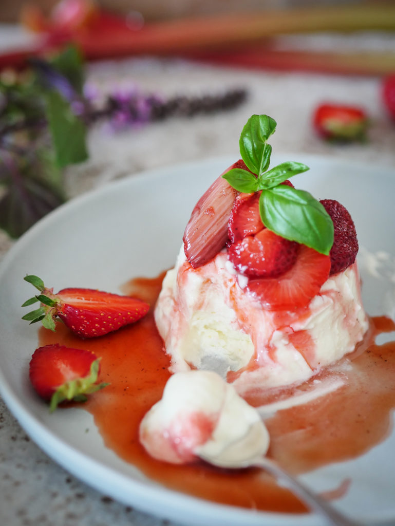 Halbgefrorener Quark mit weißer Schokolade und gerösteten Erdbeeren-33
